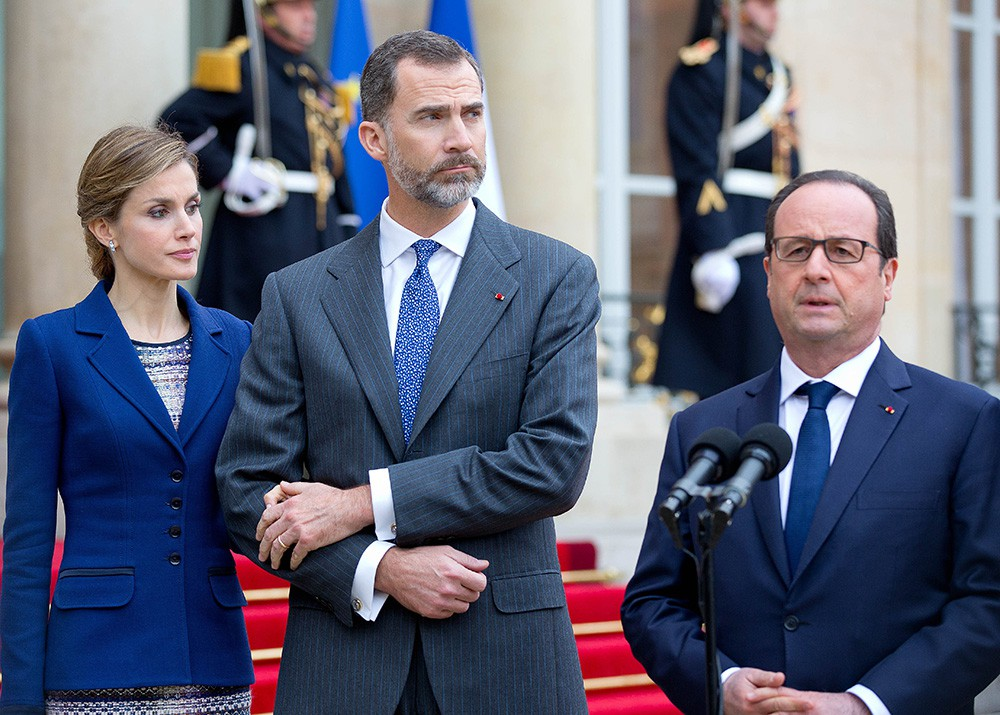 Король Испании Фелипе VI, королева Летиция и президент Франции Франсуа Олланд на пресс-конференции