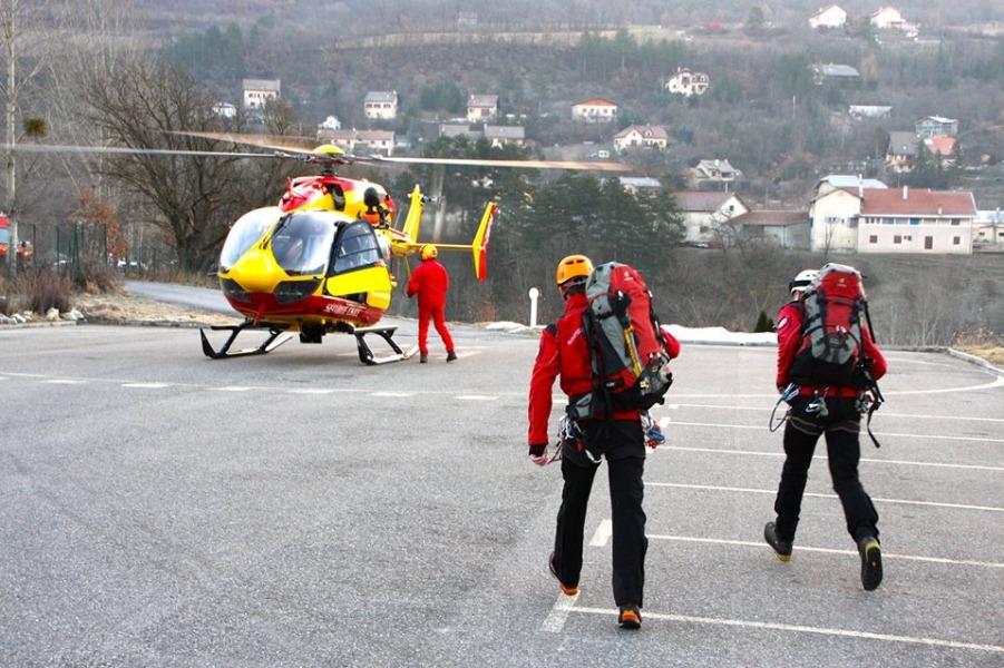 Спасатели на месте крушения самолета A320