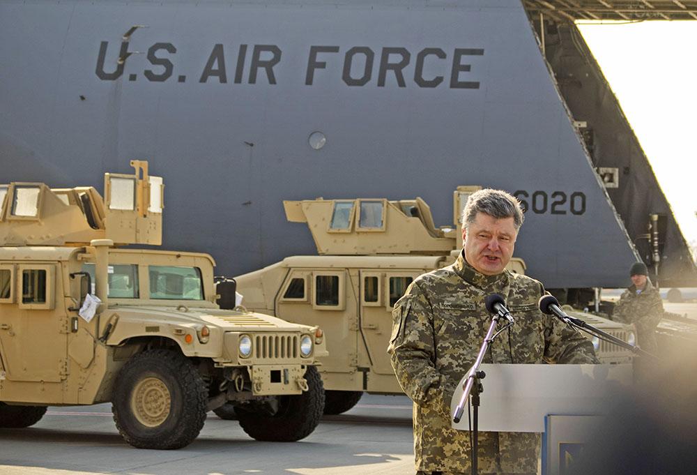 Пётр Порошенко встречает партию военного транспорта из США доставлена на Украину