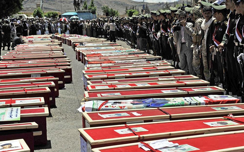 Гробы с погибшими в результате бомбардировки Йемена