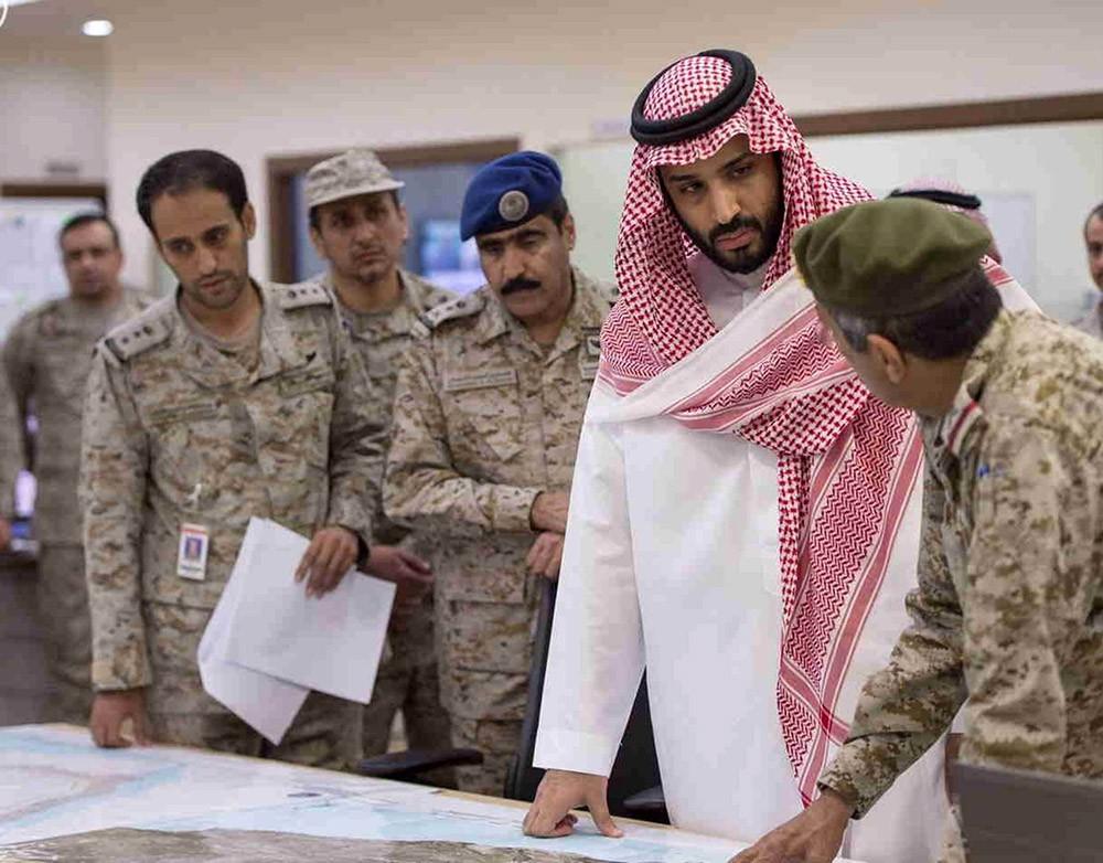 Министр обороны Саудовской Аравии Мохаммед бин Салман слушает доклад офицеров о военной операции на границе с Йеменом