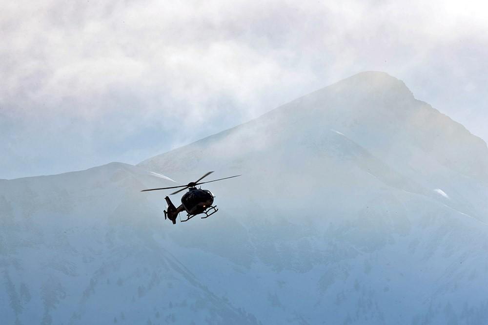Вертолет на фоне Альп