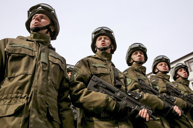 Бойцы украинской армии маршеруют