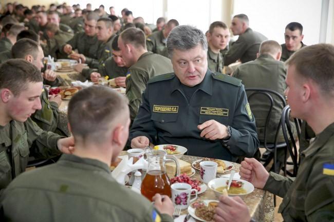 Пётр Порошенко и военнослужащие украинской армии в столовой