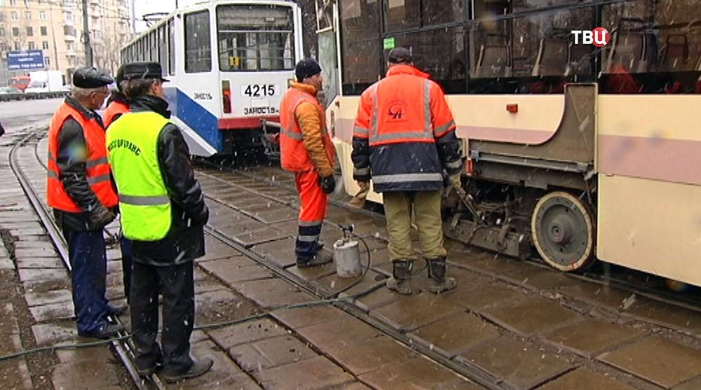 Ремонтная бригада у трамвая