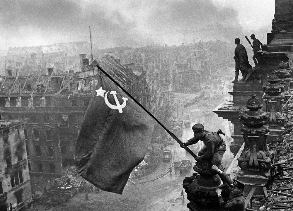 Свидетельства войны фотографы во время Великой Отечественной  Евгений Халдей Знамя Победы над Берлином
