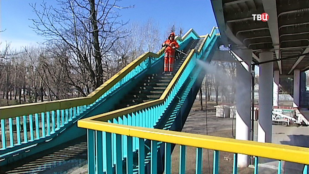 Моют Андреевский мост