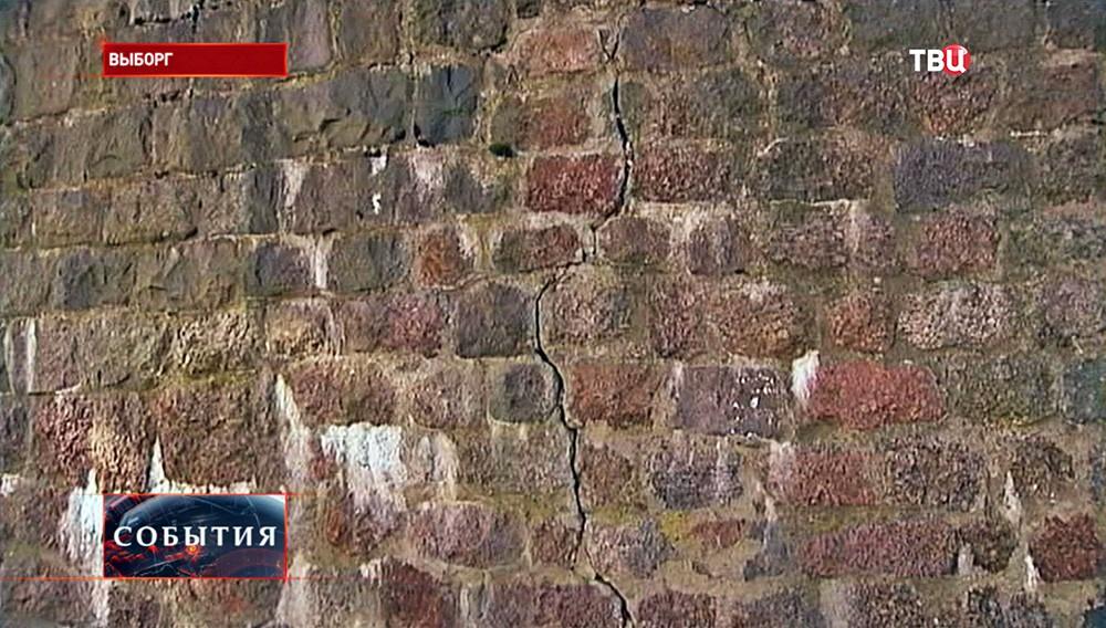 Трещины в стене Выборгского замка