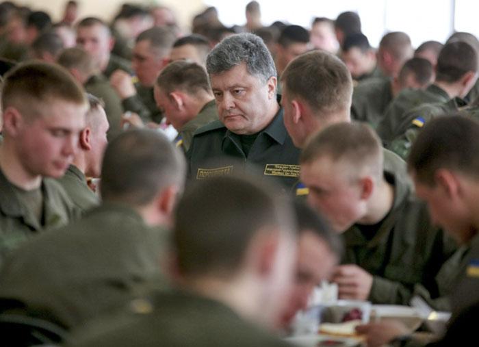 Президент Украины Пётр Порошенко и военнослужащие украинской армии