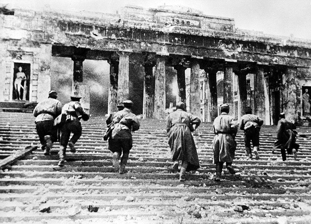 Советские автоматчики ведут бой на Графской пристани Севастополя