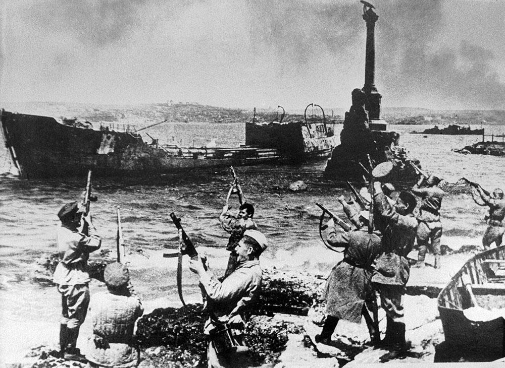 Солдаты на набережной Севастополя празднуют освобождение города