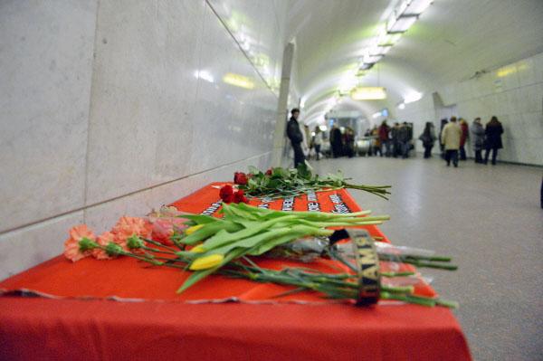 """Цветы на станции метро """"Лубянка"""" в память о жертвах теракта"""