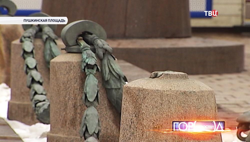 Цепи ограждения памятника