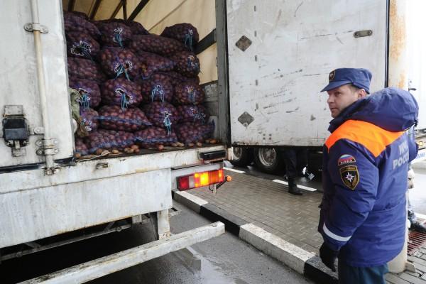 Сотрудник МЧС России демонстрирует содержимое груза 23-го российского конвоя с гуманитарной помощью