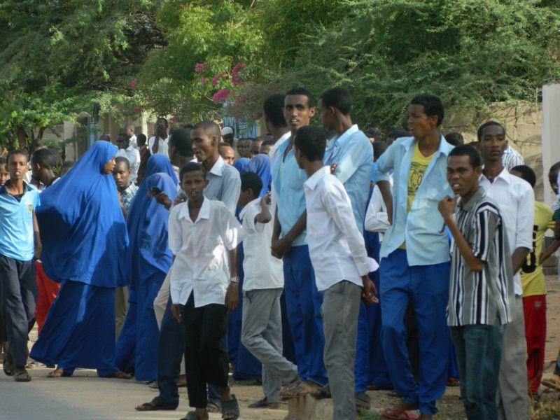 Кенийские студенты около университета в Гариссе
