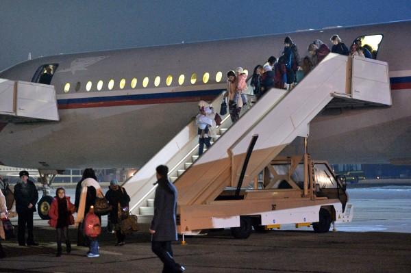 Граждане России и других стран выходят из самолета, эвакуировавшего их из Йемена