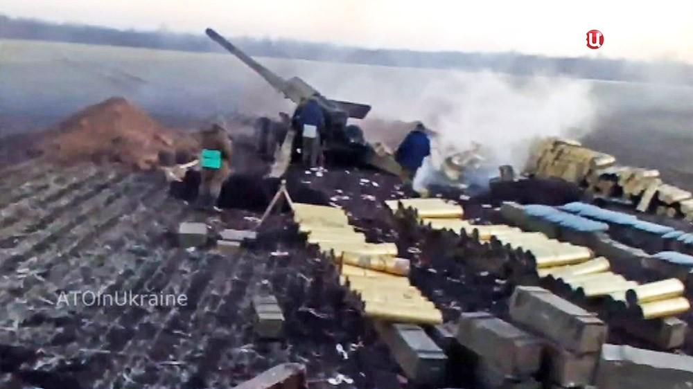 Украинская артиллерия ведет обстрел в Донбассе