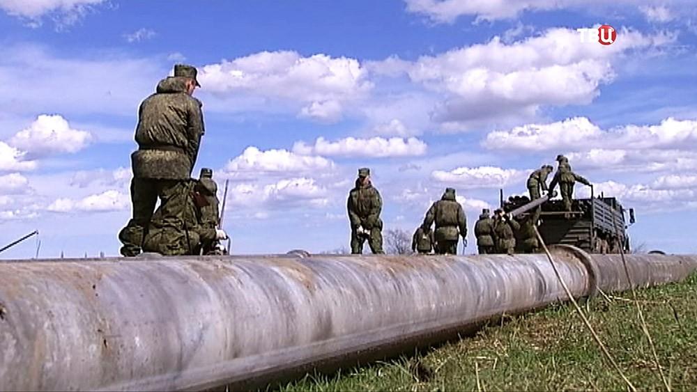 Военнослужащие прокладывают трубопровода к Северо-Крымскому каналу