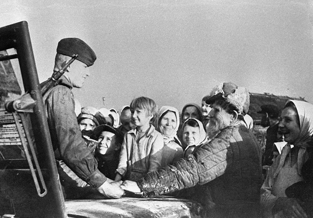 Жители Минска встречают советских воинов, освободивших их от немецких оккупантов