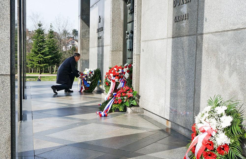 Глава МИД России Сергей Лавров возлогает цветы к воинскому мемориалу в Словакии