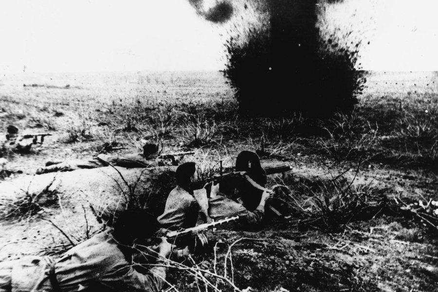 Красноармейцы идут в атаку в битве на Курской дуге, 1943 год