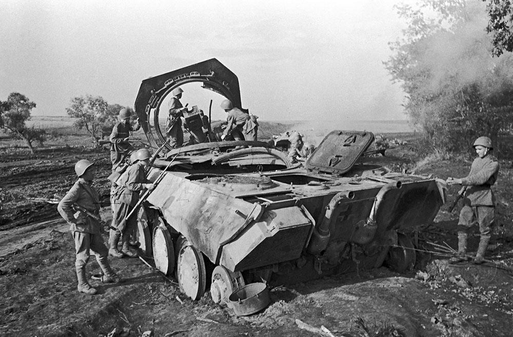 """Советские воины стоят рядом с немецким танком """"Пантера"""", уничтоженным советской артиллерией под Прохоровкой. Курская дуга"""