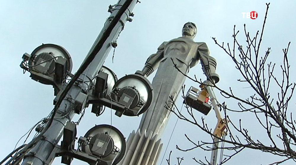 Моют памятник Юрию Гагарину