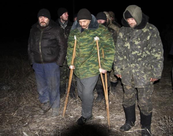 Военнопленные украинские силовики во время процедуры обмена
