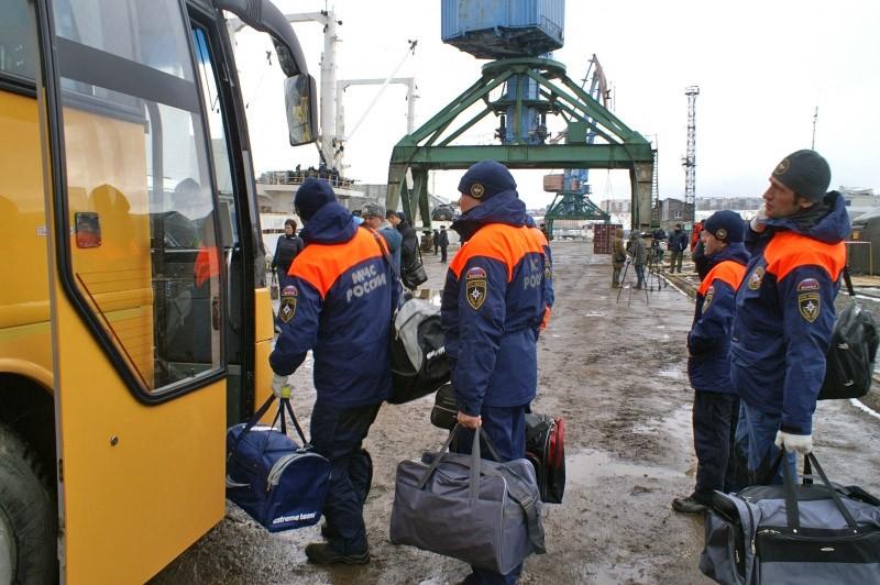 """Участники спасательной операции в районе крушения траулера """"Дальний Восток"""" в Охотском море"""