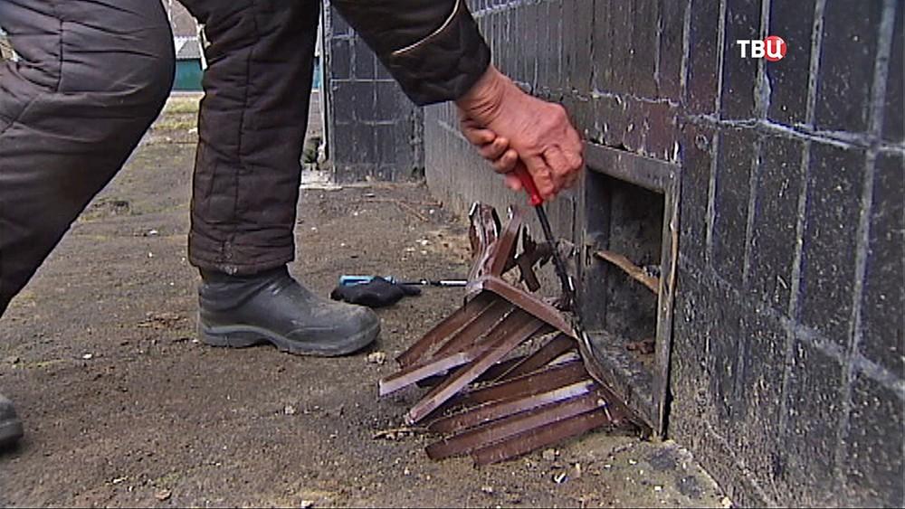 Зоозащитники вскрывают продухи в подвале дома
