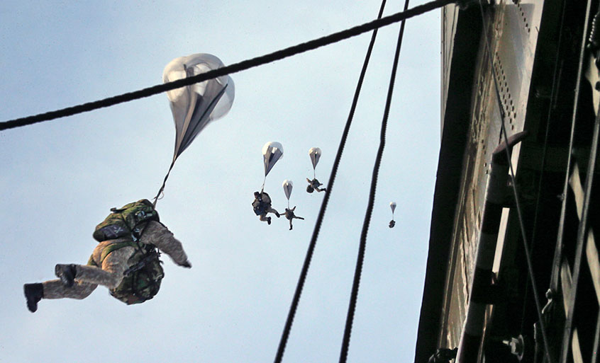 Бойцы ВДВ прыгают с парашютом
