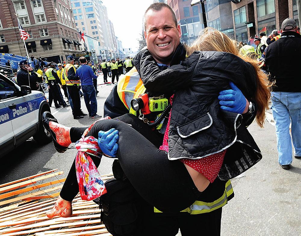 Спасатели выносят пострадавших во время терака в Бостоне