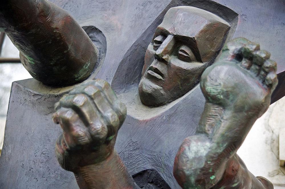 """Скульптура """"Сквозь стену"""" работы Эрнста Неизвестного, установленный в Государственном музее изобразительных искусств им. Пушкина"""