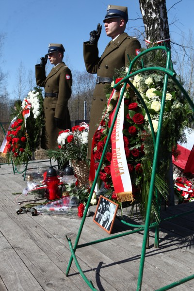 Почетный караул польских военнослужащих во время траурного мероприятия, посвященного пятой годовщине со дня авиакатастрофы польского самолета Ту-154 под Смоленском