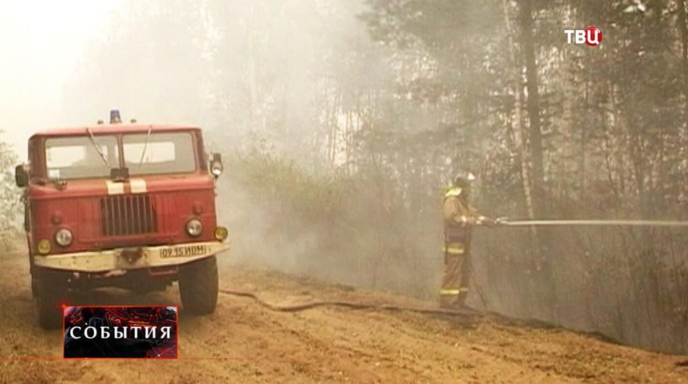 Пожарный во время устранения возгорания