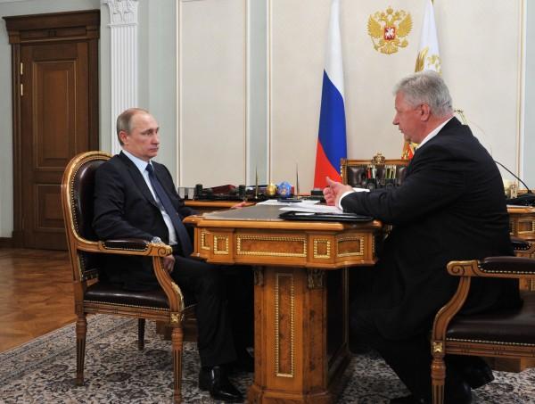 Президент России Владимир Путин и председатель Федерации независимых профсоюзов РФ Михаил Шмаков во время встречи