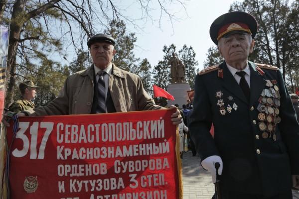 Участники торжественных мероприятий, приуроченных к 71-ой годовщине освобождения Симферополя от немецко-фашистских захватчиков