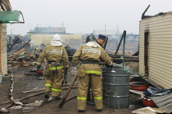Сотрудники МЧС России работают на месте пожара
