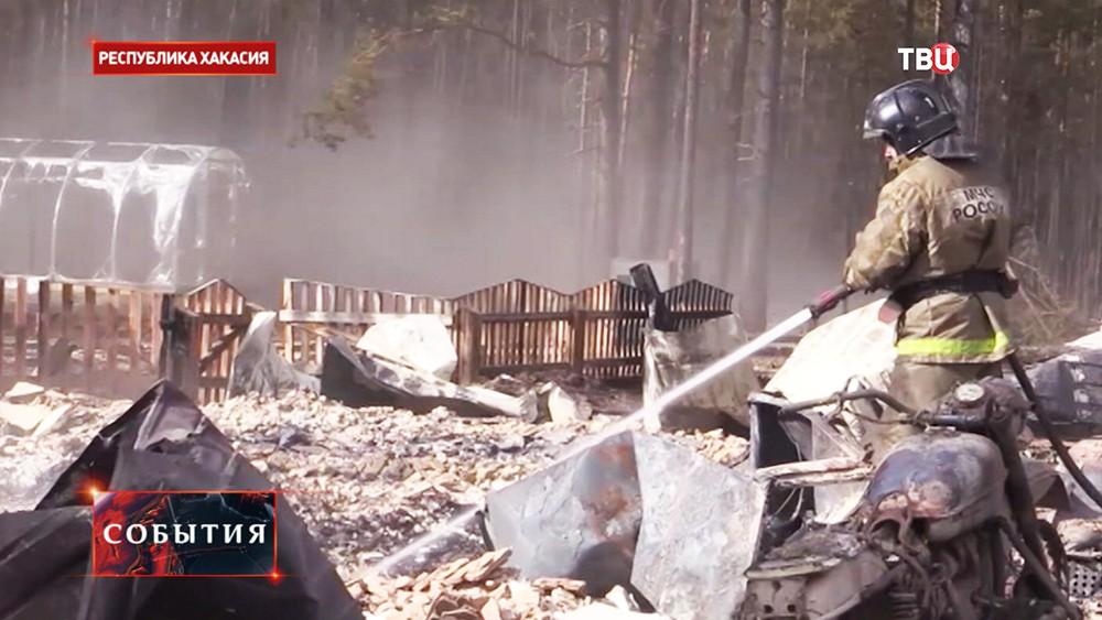 Сотрудник МЧС России работает на месте пожара