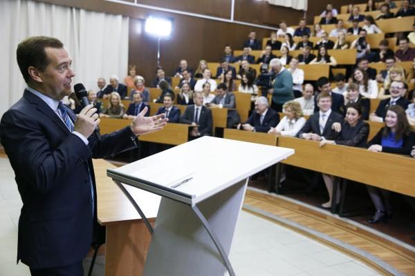 Председатель правительства России Дмитрий Медведев выступает перед студентами во время посещения Российского государственного университета нефти и газа имени И.М.Губкина