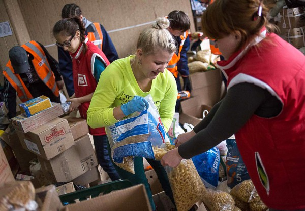 Сотрудники центра раздачи гуманитарной помощи в деревне Дмитриевка Бейского района Хакасии