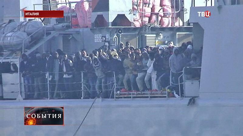 Судно с мигрантами в Италии
