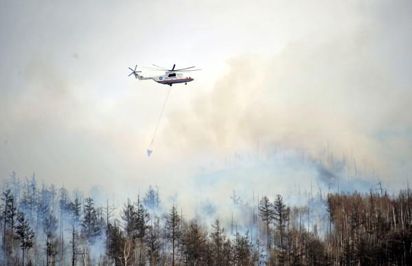 Вертолет МЧС РФ тушит лесные пожары