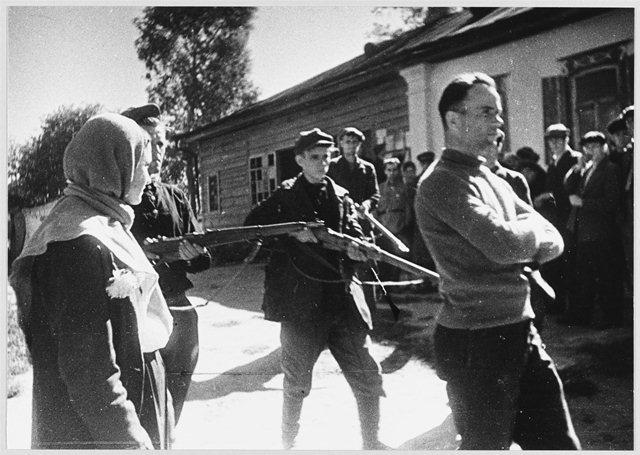 Партизаны ведут пленного