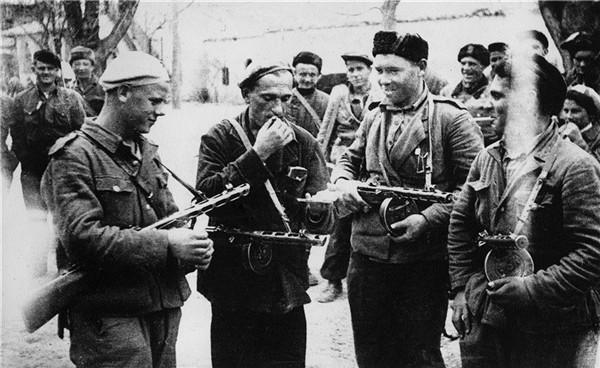 Партизаны с пистолетами-пулеметами Шпагина