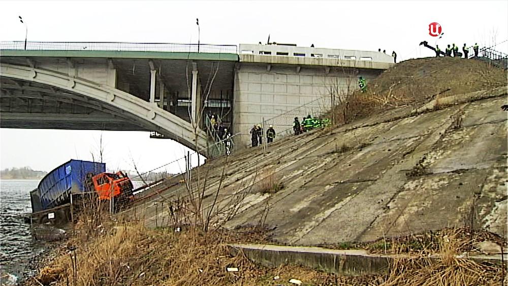 Спасатели МЧС достают из реки упавший грузовик