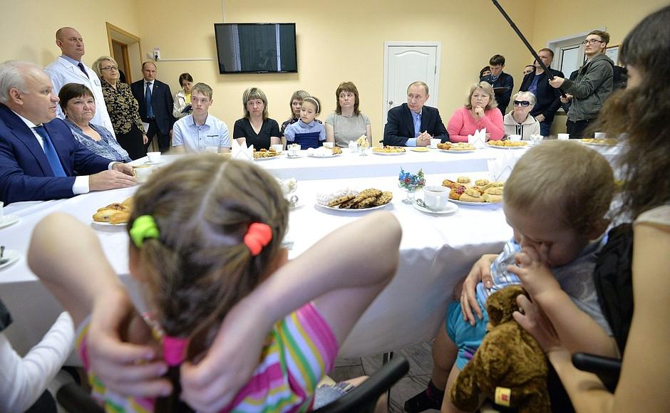 Владимир Путин посетил центр временного размещения пострадавших от пожаров в Хакасии