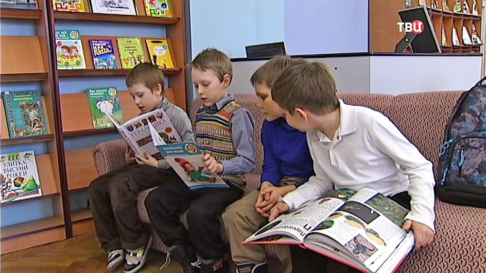 Школьники в детской библиотеке