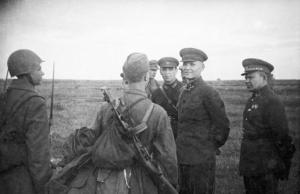 Командующий фронтом генерал-полковник И.С.Конев и командующий 31-ой армией генерал-майор В.С.Поленов беседуют с бойцами. Калининский фронт