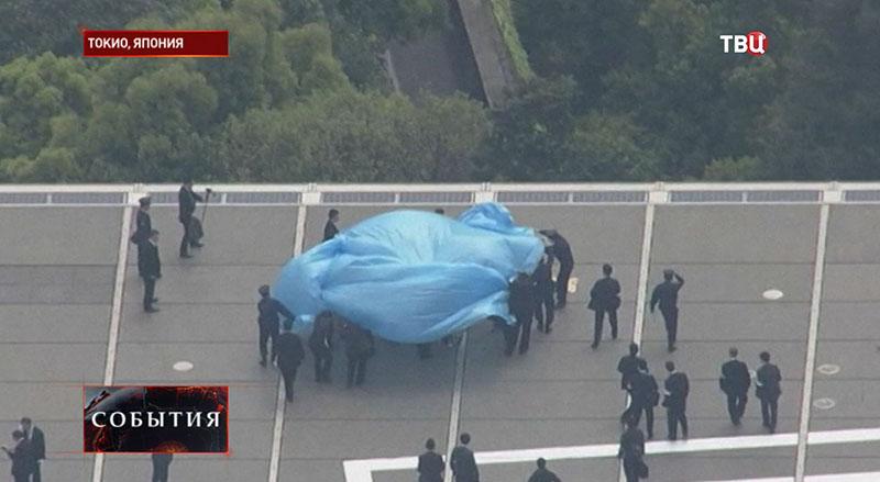 Спецслужба извлекает дрон в Токио